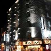 ホテルマーブル(品川区/ラブホテル)の写真『夜の外観(1階は飲食店です。)1』by スラリン