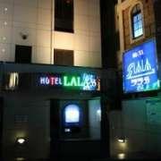 ホテルLALA33(豊島区/ラブホテル)の写真『夜の外観』by スラリン