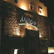 HOTEL Mitos(ミトス)(厚木市/ラブホテル)の写真『夜の外観』by すももももんがー