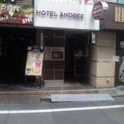 HOTEL ANDREE(アンドレ)(世田谷区/ラブホテル)の写真『ホテル入口(ホテルは2~4階にあるようです)』by 郷ひろし(運営スタッフ)