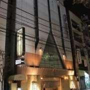 ビラセンメイ(大田区/ラブホテル)の写真『夜の外観(表側)』by スラリン