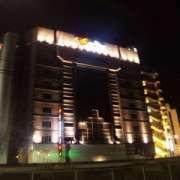 HOTEL THE SCENE(ザ・シーン)(横浜市港北区/ラブホテル)の写真『夜の外観(線路反対側より)』by 郷ひろし(運営スタッフ)