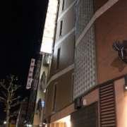 ホテルピュア・アジアン(台東区/ラブホテル)の写真『夜の外観(表側)』by スラリン