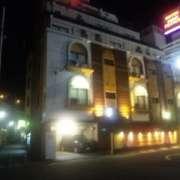 アイ・エス(I/S)(横浜市中区/ラブホテル)の写真『ホテルIの夜の外観(ホテル上のエンブレムが何故かホテル石川…しかも切れている)』by 郷ひろし(運営スタッフ)