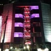 デザインホテル ミスト(横浜市中区/ラブホテル)の写真『夜の外観(正面)』by 河童助平