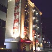 HOTEL Lowerl(ロワール)(横浜市港北区/ラブホテル)の写真『夜の外観』by すももももんがー
