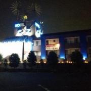 越谷HOTEL CAZ(ホテルキャズ)(越谷市/ラブホテル)の写真『夜の外観(正面)』by ましりと