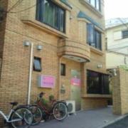 ホテル エクセルシオ(新宿区/ラブホテル)の写真『白昼の入口  北側( 扉ではなく壁と建屋の隙間から西側に回り込む )』by ルーリー9nine