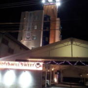 WILL SWEET(厚木市/ラブホテル)の写真『駐車場出口付近(夜)②』by 少佐