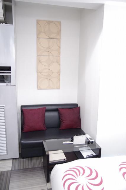 ホテル 香(豊島区/ラブホテル)の写真『201号室 ソファーとテーブル』by マーケンワン