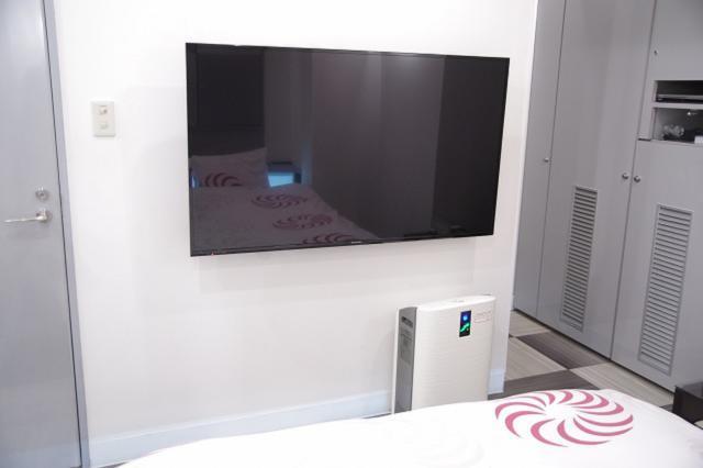 ホテル 香(豊島区/ラブホテル)の写真『201号室 大型テレビと空気清浄機』by マーケンワン
