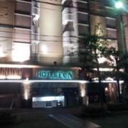 ファンファンファンキングダム(横浜市南区/ラブホテル)の写真『駐車場出入り口付近の様子(夜)』by 少佐
