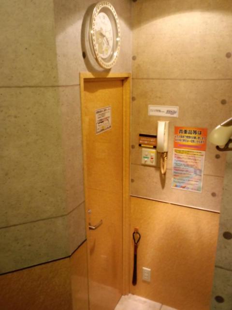 レンタルルーム ラナイ(新宿区/ラブホテル)の写真『10号室 ベッドの頭側から廊下に出る入り口。時計があるのがちょっと嬉しい。』by ニューロン