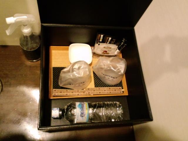HOTEL UNO(ウノ)(川口市/ラブホテル)の写真『503号室(シャワータイプ) ベッドの足元側テーブル、黒い箱の中にはお茶系無料サービス品各種。ミネラルウォーターにコーヒー、紅茶など。』by ニューロン