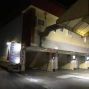 ホテル L&F(リトルフラッパー)(静岡市駿河区/ラブホテル)の写真『夜の外観』by まさおJリーグカレーよ