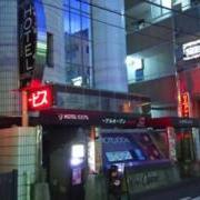 ホテル100% 7/7 平塚キャッスル(平塚市/ラブホテル)の写真『11月の夕方、17時のホテルの外観です。写真よりめっちゃ暗くてやってる感覚がありません。』by マリさん