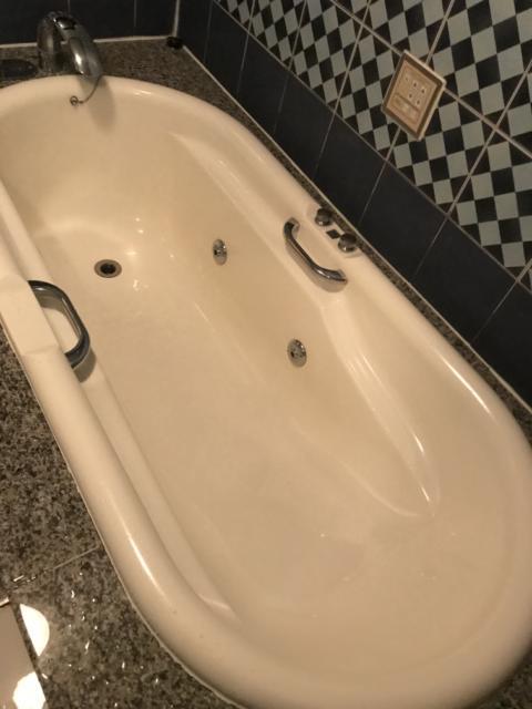 ホテル プラザK(横浜市港北区/ラブホテル)の写真『201号室の浴槽』by 少佐