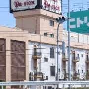 ホテル パシオン(全国/ラブホテル)の写真『昼の外観(北西から)』by ホテルレポったー