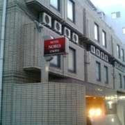 ホテル ノービス調布(全国/ラブホテル)の写真『夕方の外観』by ごえもん(運営スタッフ)