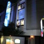 ラ・フランセパリス(新宿区/ラブホテル)の写真『夜の外観』by スラリン