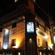 HOTEL Festa(全国/ラブホテル)の写真『昼間の外観と駐車場入口』by 郷ひろし(運営スタッフ)