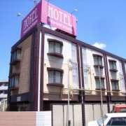 ホテル高縄(たかなわ)(全国/ラブホテル)の写真『昼の外観(西より)』by ホテルレポったー