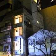 フェリーチェ(全国/ラブホテル)の写真『203号室利用19.12。昼間の大森駅側からの外観です。線路沿いです。』by マリさん