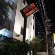 Asian P-Door(アジアンピードア)(全国/ラブホテル)の写真『昼間の外観駅沿いから歩いた方向からの写真です。左手にヤシの木があり南国風満点です』by 格付屋