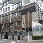 ブロンモード新宿(全国/ラブホテル)の写真『昼の入口  常設縦形看板の無い側』by ルーリー9nine