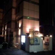 リバーサイドKOJO(全国/ラブホテル)の写真『昼間の外観(手前の白い細い建物)』by 郷ひろし(運営スタッフ)