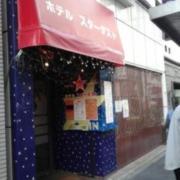スターダスト(全国/ラブホテル)の写真『昼の入口  近影(南方向歩道より望む)』by ルーリー9nine