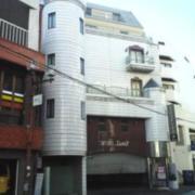 セイント2(全国/ラブホテル)の写真『昼の外観  北側全景 (画面左上:建物上構部、左隣赤い建物は無関係)』by ルーリー9nine