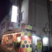 ホテル ハニー(全国/ラブホテル)の写真『夕方の外観 右側から』by 巨乳輪ファン