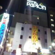 ホテル パピオン(全国/ラブホテル)の写真『駅側の外観(昼)』by 少佐