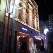HOTELサラ・デル・レイ 大阪ナンバ(全国/ラブホテル)の写真『昼間の外観(反対側。こちら側に駐車場入口あり)』by 郷ひろし(運営スタッフ)
