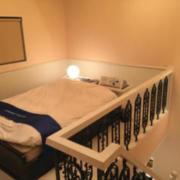 グランドヴィラ(全国/ラブホテル)の写真『20号室のベッド(2階にベッドと足元方向にテレビがあります)』by 45°