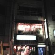 神田レンタルルーム ファースト(全国/ラブホテル)の写真『夜の外観  入居ビル入口』by ルーリー9nine