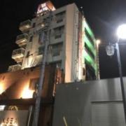 KSEA(ケセア)(全国/ラブホテル)の写真『昼の外観(JR新松戸駅 常磐線ホームから)』by ホテルレポったー