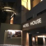 HOTEL HOUSE PLUS(全国/ラブホテル)の写真『昼の外観 (北から)』by ホテルレポったー