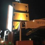 アンジェリーク(全国/ラブホテル)の写真『夜の南側駐車場の中と入口(左奥)』by 少佐