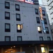 ホテルシティ(全国/ラブホテル)の写真『外観、駅北口を出て郵便局を通りすぎ二つ目のファミリーマートを左に行くと見えます。』by ゆうじい