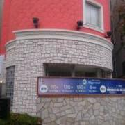 HOTEL STATION インペリアル(全国/ラブホテル)の写真『ホテル全景(立壁があり出入口が道路側から見えない)』by YOSA69
